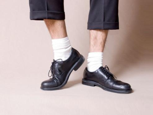 kaus kaki putih dengan sepatu laki-laki