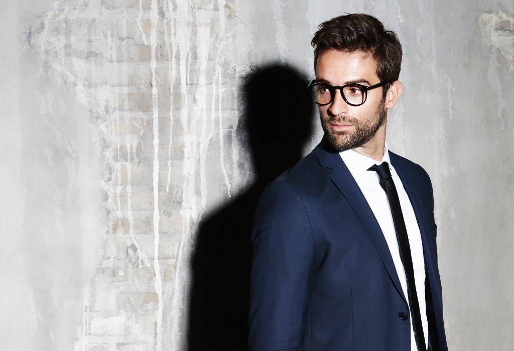 homem bem vestido de terno e óculos