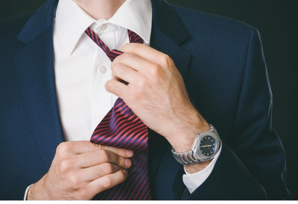 como amarrar uma gravata como se vestir bem como um homem
