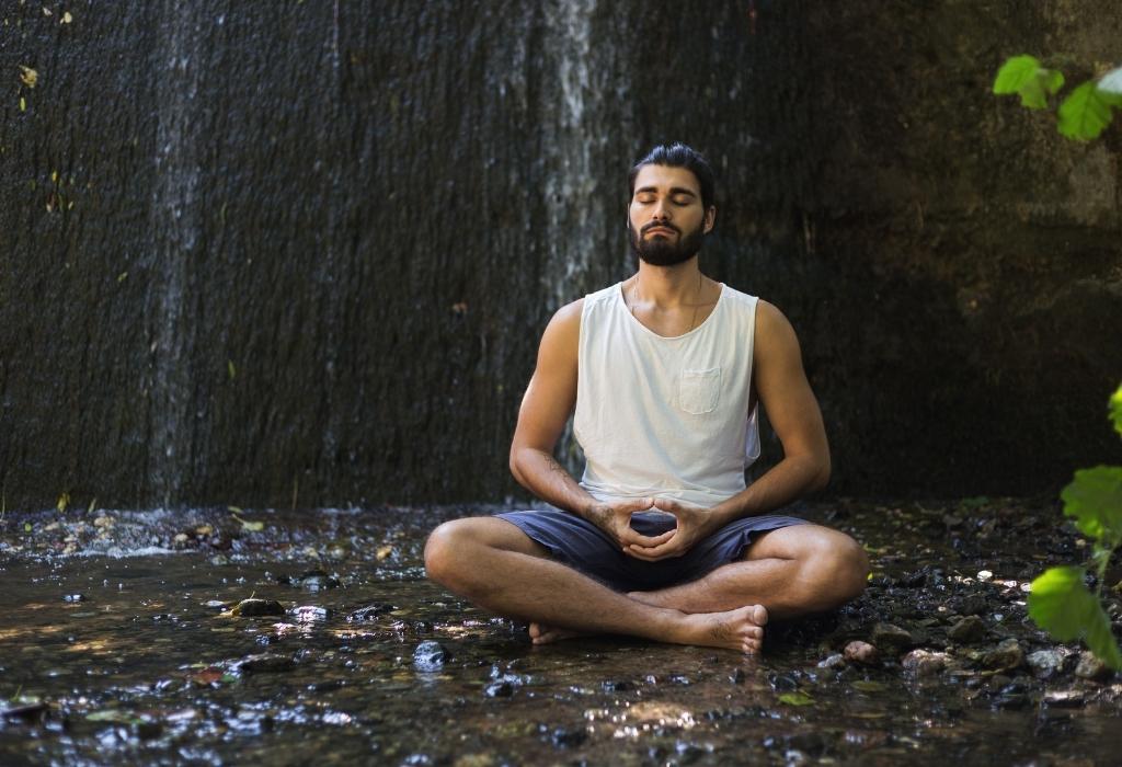A meditação do homem ajuda a se comunicar com confiança