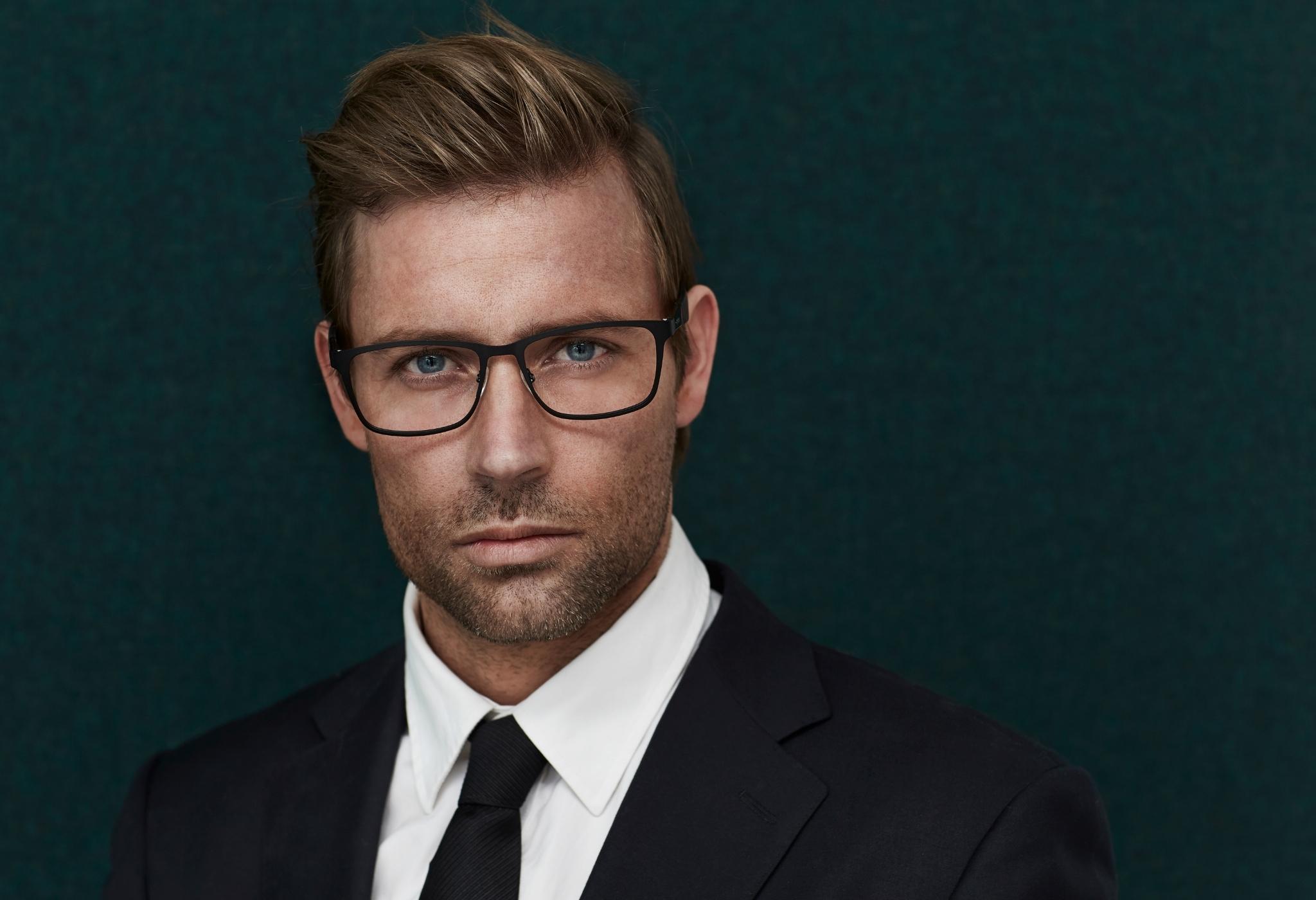 homens de terno usando óculos