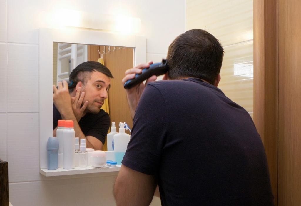 homem corta cabelo em casa