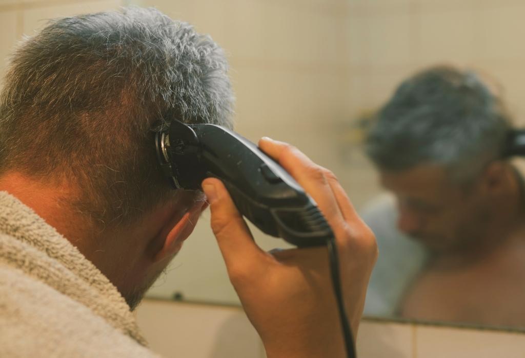 Corte de cabelo caseiro com cortador elétrico
