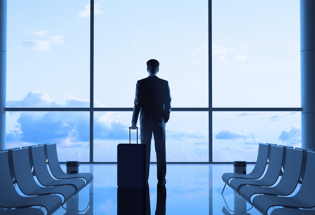 Homem no aeroporto pronto para viajar
