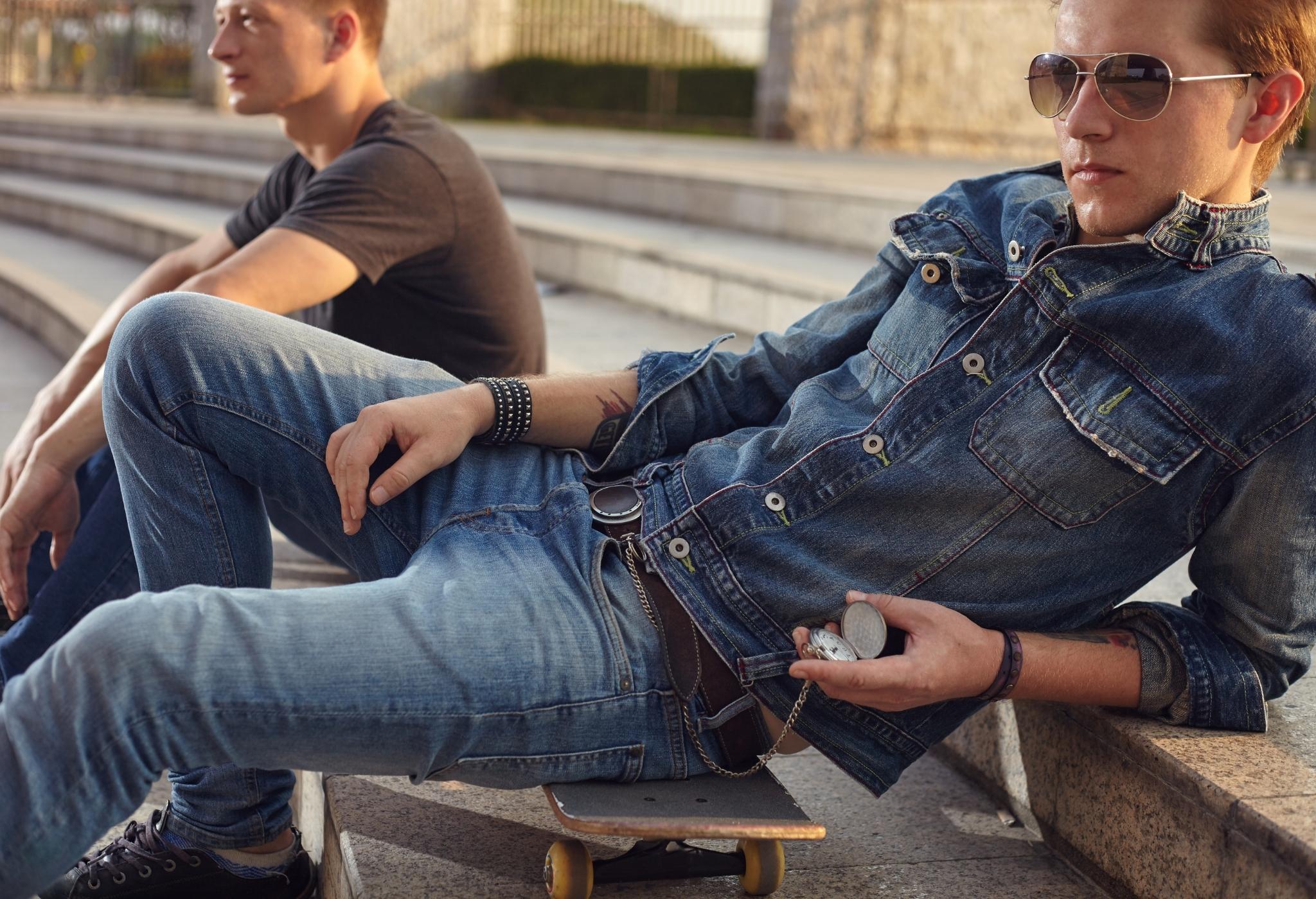 homem vestindo jeans duplo (como usar camisas jeans masculinas)