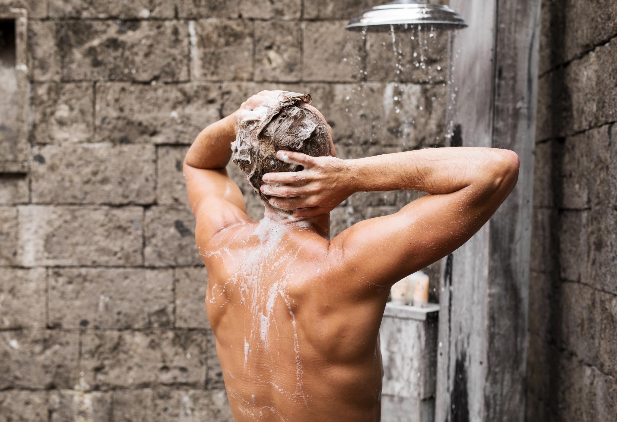 homem aplicando shampoo