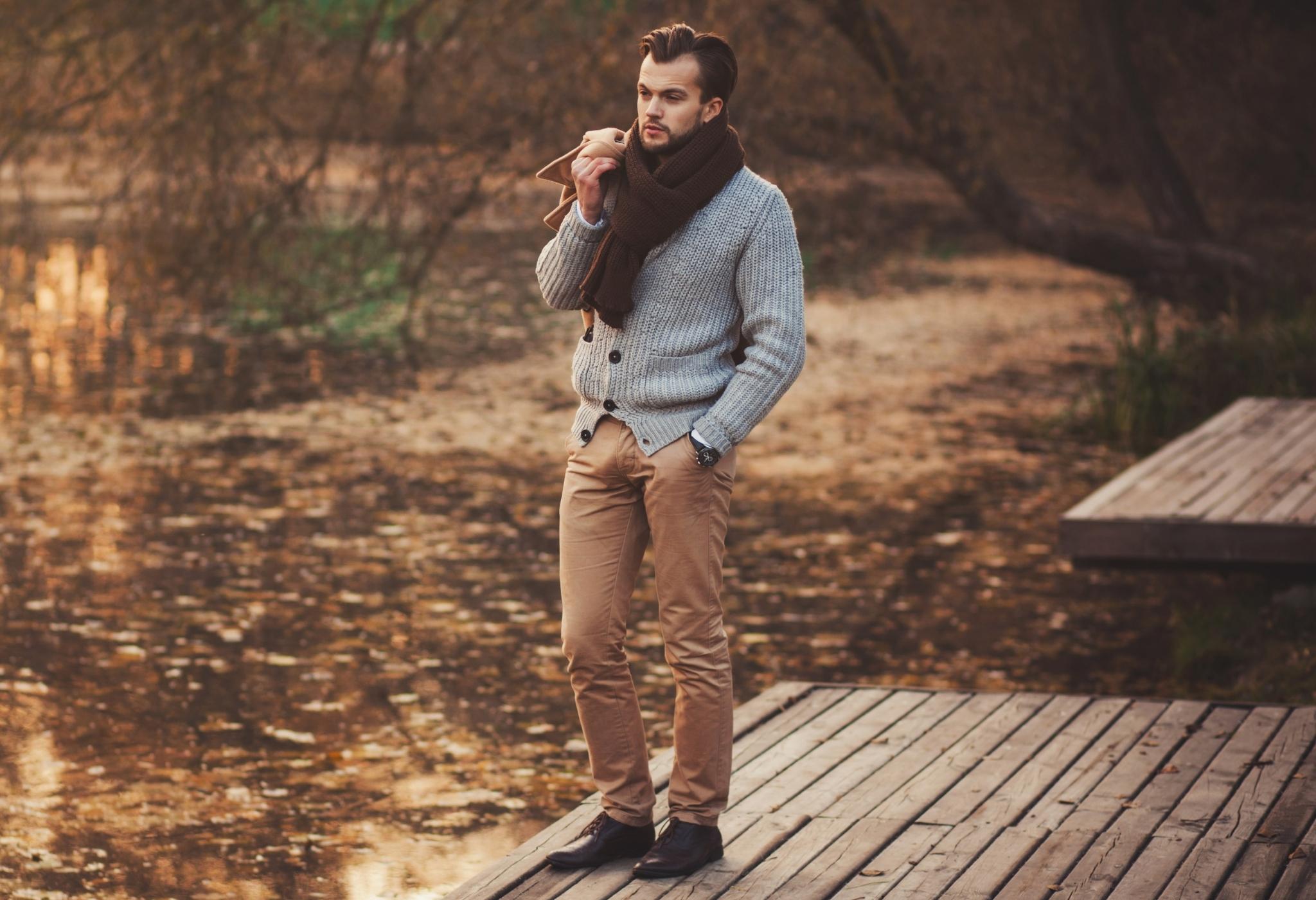 homem vestindo cardigã (as melhores fragrâncias de outono para homens)