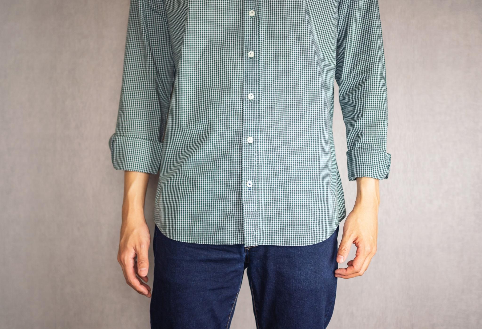 homem vestindo camisa para fora da calça