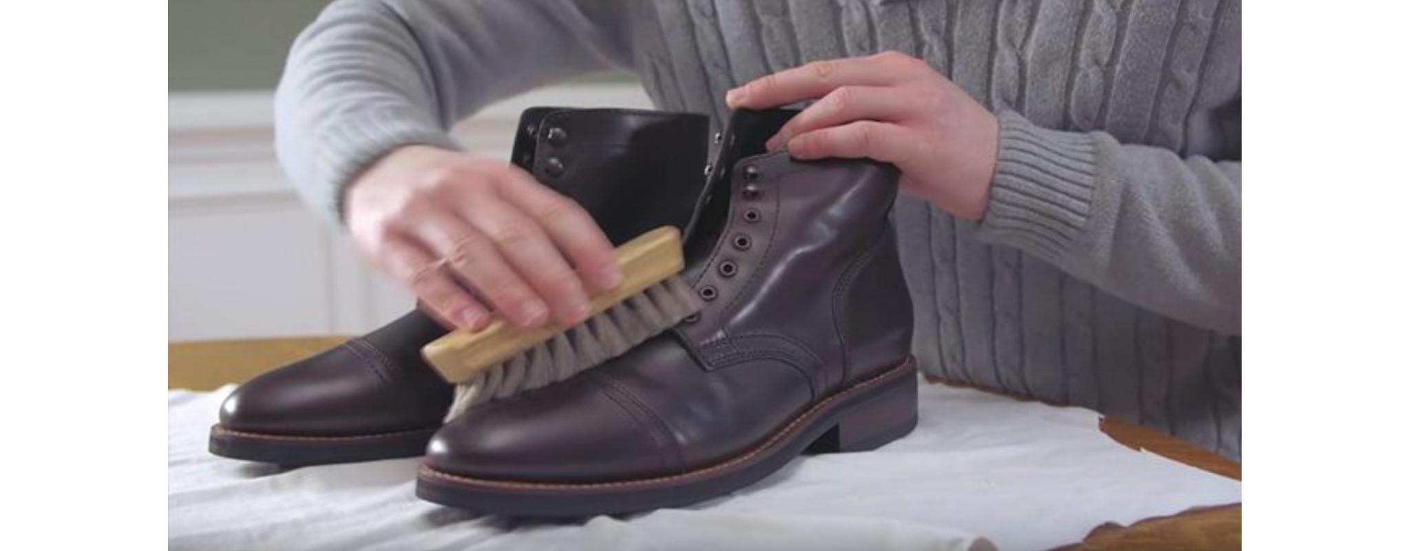 escovando sapatos de couro para limpar