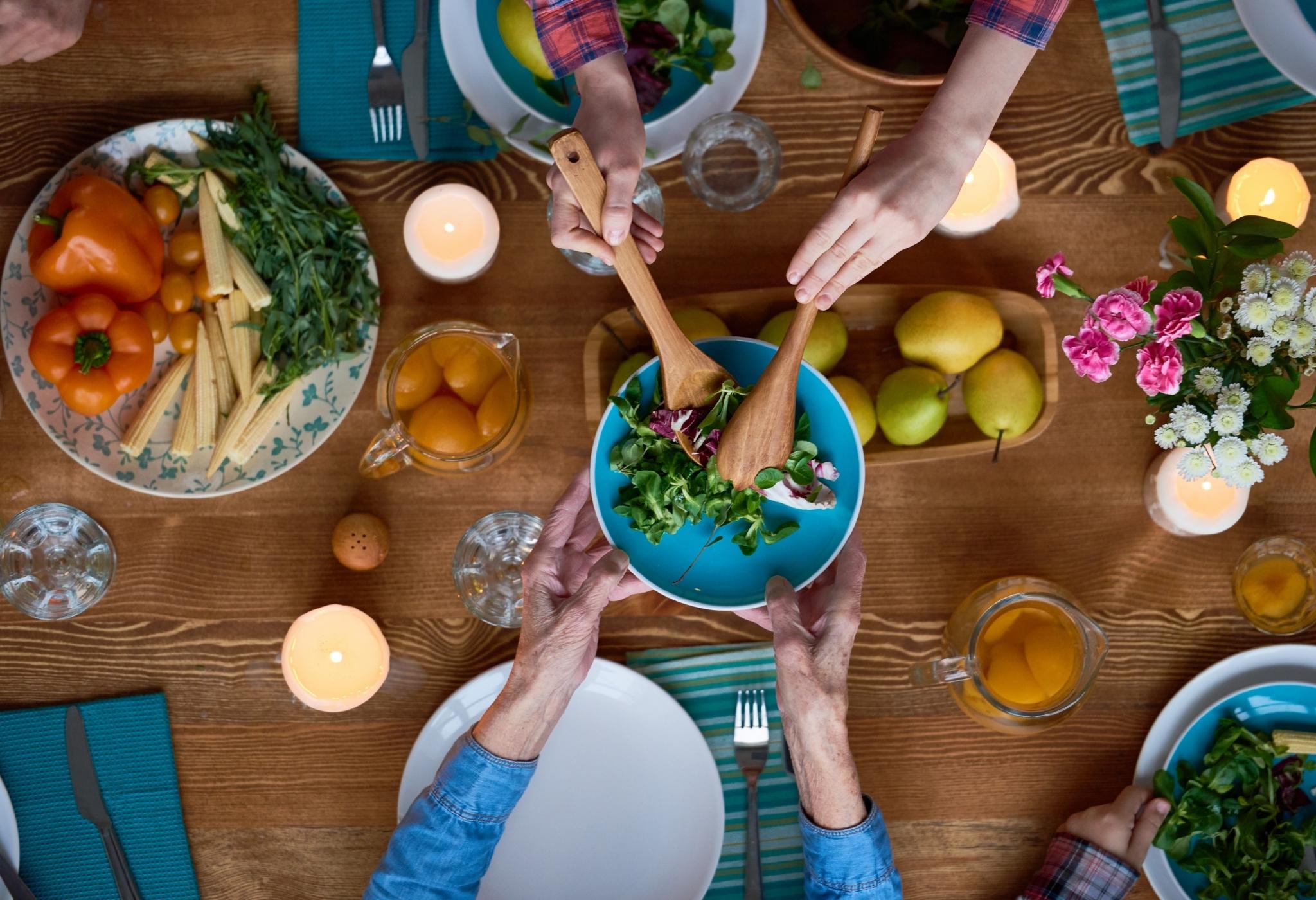 boas maneiras à mesa enquanto compartilha a refeição